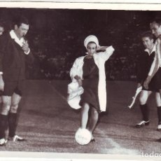 Coleccionismo deportivo: Nº 1 FOTOGRAFÍA ORIGINAL SAQUE DE HONOR LOLITA SEVILLA PARTIDO BETIS - BENFICA 1964 CARRANZA. Lote 86270564