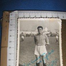 Coleccionismo deportivo: FOTOGRAFIA CON AUTOGRAFO DE FUTBOLISTA FIRMADA QUINO - VER ADICIONAL. Lote 90361164