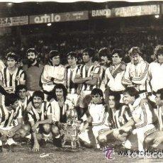 Coleccionismo deportivo: FOTOGRAFIA ORIGINAL DEL EQUIPO DEL REAL VALLADOLID POSANDO CON EL TROFEO DE LA CIUDAD EN 1979. Lote 93066075