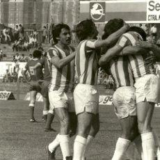 Coleccionismo deportivo: ANTIGUA FOTOGRAFIA ORIGINAL - PARTIDO TARRASA-REAL VALLADOLID EN 1978- CELEBRACION DE UN GOL . Lote 93328420