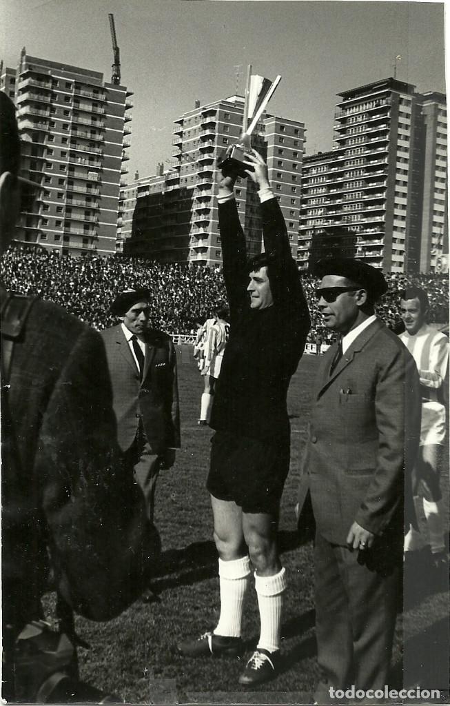 ANTIGUA FOTOGRAFIA ORIGINAL DE AGUILAR, PORTERO DEL VALLADOLID, RECIBIENDO UN TROFEO - DECADA 1960 (Coleccionismo Deportivo - Documentos - Fotografías de Deportes)