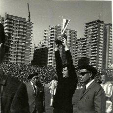 Coleccionismo deportivo: ANTIGUA FOTOGRAFIA ORIGINAL DE AGUILAR, PORTERO DEL VALLADOLID, RECIBIENDO UN TROFEO - DECADA 1960. Lote 93821050