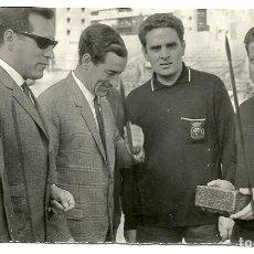 Coleccionismo deportivo: ANTIGUA FOTOGRAFIA ORIGINAL HOMENAJE ARBITROS VALLISOLETANOS EN VIEJO ESTADIO ZORRILLA - DECADA 1960. Lote 97271671