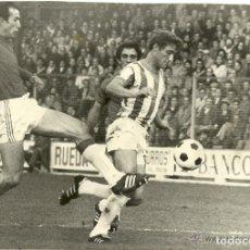 Coleccionismo deportivo: ANTIGUA FOTOGRAFIA ORIGINAL AÑO 1976 - HIPOLITO RINCON CON LA CAMISETA DEL REAL VALLADOLID . Lote 97273207