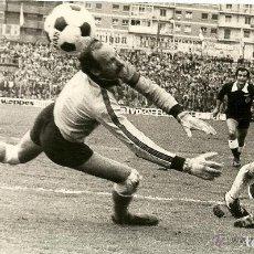 Coleccionismo deportivo: ANTIGUA FOTOGRAFIA ORIGINAL - GOL DEL ARGENTINO DANIEL GILE PARA EL REAL VALLADOLID - AÑO 1979 . Lote 97273251