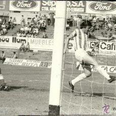 Coleccionismo deportivo: ANTIGUA FOTOGRAFIA ORIGINAL - PARTIDO TARRASA-REAL VALLADOLID - GOL DE BOTELLA - AÑO 1978 . Lote 97273563