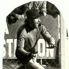 Coleccionismo deportivo: ANTIGUA FOTOGRAFIA ORIGINAL DECADA 1970 - LLACER CON LA CAMISETA DEL REAL VALLADOLID . Lote 97500903