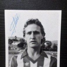 Coleccionismo deportivo: MIGUEL DE ANDRÉS. ATHLETIC DE BILBAO. FOTOGRAFÍA ORIGINAL FIRMADA. 12X9 CMS. Lote 97983583