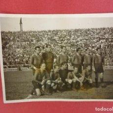 Coleccionismo deportivo: CF BARCELONA (BARÇA). FOTO ORIGINAL ALINEACIÓN PARTIDO EN LES CORTS ABARROTADO. AÑOS 40S. 9 X 6 CTMS. Lote 98003091