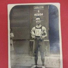 Coleccionismo deportivo: CABALLERO A MEDIDA. ORIGINAL FOTO ATLETA POSANDO CON TROFEOS. AÑOS 1920S. Lote 98006727