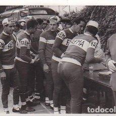 Coleccionismo deportivo: FOTOGRAFIA EQUIPO CICLISMO FAEMA. Lote 99922755