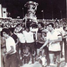 Coleccionismo deportivo: FOTOGRAFÍA DEL CÁDIZ EN 1981 CON EL TROFEO CARRANZA. Lote 100201263