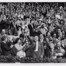 Coleccionismo deportivo: HISTÓRICA PRIMERA VISITA DE TARRADELLAS EN EL NOU CAMP. FOTO PÉREZ DE ROZAS. 30-10-1977 . Lote 101245419