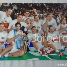 Coleccionismo deportivo: TAU BASKONIA BALONCESTO. CAMPEÓN COPA DEL REY 2003-2004 EN SEVILLA CONTRA DKV JOVENTUT. FOTO. Lote 103723419