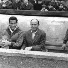 Coleccionismo deportivo: FG-246. F.C. BARCELONA. ENTRENADOR CESAR RODRIGUEZ EN EL BANQUILLO. TEMPORADA 1963-64.. Lote 103745147
