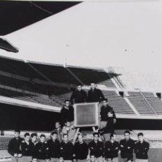 FG-257. FC BARCELONA. PLANTILLA OFICIAL TEMPORADA 1963-64. ENTRENADOR: CESAR RODRIGUEZ.