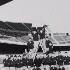 Coleccionismo deportivo: FG-259. FC BARCELONA. PLANTILLA OFICIAL TEMPORADA 1963-64. ENTRENADOR: CESAR RODRIGUEZ.. Lote 103989807