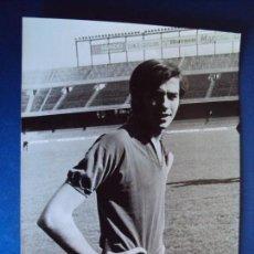 Coleccionismo deportivo: (F-171251)FOTOGRAFIA DE JOAN MANEL SERRAT CON EL UNIFORME DEL C.F.BARCELONA - FOTO MERDIANO. Lote 106606239