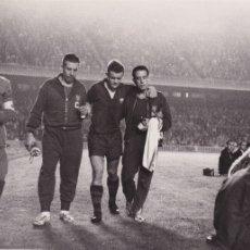 Coleccionismo deportivo: BARÇA: FOTO ORIGINAL DE LA TEMPORADA 61-62. ZALDÚA LESIONADO. Lote 106750695
