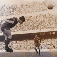 Coleccionismo deportivo: BARÇA: FOTO ORIGINAL DE LA TEMPORADA 61-62. ZABALLA MARCANDO UN GOL DE CABEZA.. Lote 106750903