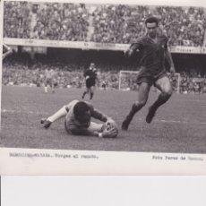 Coleccionismo deportivo: BARÇA: FOTO ORIGINAL DE LA TEMPORADA 62-63. VERGÉS AL REMATE. Lote 106751187