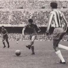 Coleccionismo deportivo: BARÇA: FOTO ORIGINAL DE LA TEMPORADA 62-63. CAMPS MARCANDO UN GOL. Lote 106751371