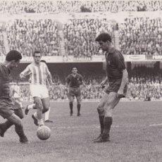 Coleccionismo deportivo: BARÇA: FOTO ORIGINAL DE LA TEMPORADA 62-63. RÉ PASANDO EL BALÓN. Lote 106751747