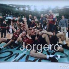 Coleccionismo deportivo: F.C. BARCELONA BALONCESTO. CAMPEÓN COPA KORAC 1998-1999 EN EL PALÁU CONTRA ESTUDIANTES. FOTO. Lote 107089047