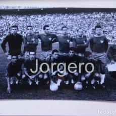 Collectionnisme sportif: SEVILLA F.C. ALINEACIÓN FINALISTA COPA GENERALÍSIMO 1961-1962 EN EL BERNABÉU CONTRA R. MADRID. FOTO. Lote 145553993