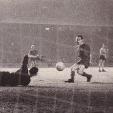 Coleccionismo deportivo: BARÇA: FOTOGRAFÍA ORIGINAL DE LA TEMPORADA 60-61. PARTIDO BARÇA-ATHLETIC DE BILBAO. Lote 107273947