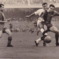 Coleccionismo deportivo: BARÇA: FOTOGRAFÍA ORIGINAL DE LA TEMPORADA 60-61. PARTIDO BARÇA-SEVILLA. Lote 107274647