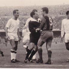 Coleccionismo deportivo: BARÇA: FOTOGRAFÍA ORIGINAL DE LA TEMPORADA 60-61. PARTIDO BARÇA-SEVILLA. Lote 107274683