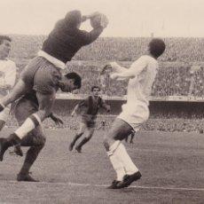 Coleccionismo deportivo: BARÇA: FOTOGRAFÍA ORIGINAL DE LA TEMPORADA 60-61. PARTIDO BARÇA-SEVILLA. Lote 107274719