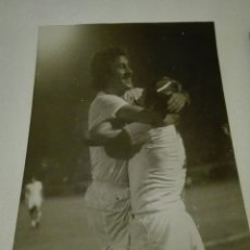 Coleccionismo deportivo: FOTOGRAFÍA ORIGINAL DE ARCHIVO PERIODÍSTICO DEL JUGADOR CARLOS A GONZÁLEZ SANTILLANA REAL MADRID.. Lote 107294928