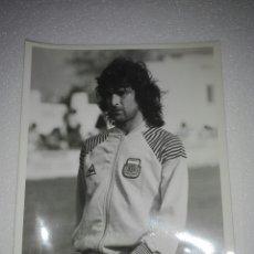 Coleccionismo deportivo: FOTOGRAFÍAS ORIGINALES DE ARCHIVO PERIODÍSTICO, MARIO KEMPES SELECCIÓN ARGENTINA VALENCIA C.F.. Lote 107318315