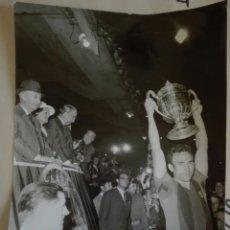 Coleccionismo deportivo: FOTOGRAFÍA ORIGINAL,BARCELONA CAMPEÓN COPA GENERALISIMO MADRID 1971, BARCELONA VS VALENCIA. Lote 107429578