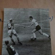 Coleccionismo deportivo: FOTOGRAFÍAS ORIGINALES DE ARCHIVO PERIODÍSTICO FRANZ BECKENBAUER SELECCIÓN DE ALEMANIA BAYERN MUNICH. Lote 107540302
