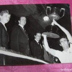 Coleccionismo deportivo: FOTOGRAFIA REAL MADRID CAMPEON DE LA COPA DEL REY JUAN CARLOS LA ENTREGA A PIRRI AÑO 1980 DE MUSEO.. Lote 107688599
