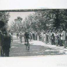 Coleccionismo deportivo: FOTOGRAFIA ORIGINAL DE PRINCIPIOS DEL SIGLO XX DE UNA CARRERA CICLISTA EN MADRID. Lote 108457059