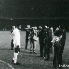 Coleccionismo deportivo: FOTO(20 X 15)1963 TROFEO DANONE CAMP NOU BARÇA 2 SANTOS BRASIL 0-FOTÓGRAFOS CON PELÉ. Lote 109221779
