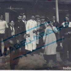 Coleccionismo deportivo: F-3504. JUGADORES DEL FC ESPAÑA DE BARCELONA EN LA ESTACIÓN ANTES DE VIAJE A MADRID. AÑO 1911.. Lote 109343107