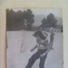 Coleccionismo deportivo: FUTBOL : FOTO DE MUJER HACIENDO EL SAQUE DE HONOR. Lote 109510503