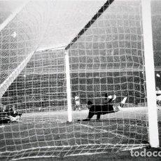 Coleccionismo deportivo: FOTO(20 X 15)(7-12-63)LIGA TEMP.1963-64 CAMP NOU BARÇA 3 ELCHE 0-PAZOS DESVIA A CORNER. Lote 110217719