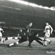 Coleccionismo deportivo: FOTO(20 X 15)(7-12-63)LIGA TEMP.1963-64 CAMP NOU BARÇA 3 ELCHE 0-PAZOS DESPEJA ANTE KOCSIS. Lote 110217863