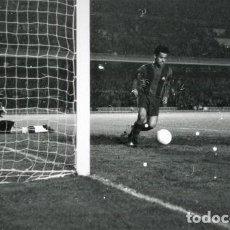 Coleccionismo deportivo: FOTO(20 X 15)(7-12-63)LIGA TEMP.1963-64 CAMP NOU BARÇA 3 ELCHE 0-GOL DE RE A PAZOS. Lote 110217995