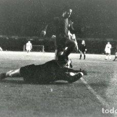 Coleccionismo deportivo: FOTO(20 X 15)(7-12-63)LIGA TEMP.1963-64 CAMP NOU BARÇA 3 ELCHE 0-PAZOS SE ANTICIPA A RE.. Lote 110218139