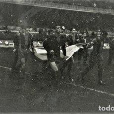Coleccionismo deportivo: FOTO(20 X 15)(1-12-63)AMISTOSO CAMP NOU BARÇA 1 BOCA JUNIORS 2-SALIDA F.C.BARCELONA. Lote 110247011
