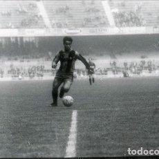 Coleccionismo deportivo: FOTO(20 X 15)(1-12-63)AMISTOSO CAMP NOU BARÇA 1 BOCA JUNIORS 2-CAYETANO RE SE INTERNA. Lote 110247115