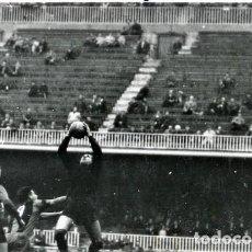 Coleccionismo deportivo: FOTO(20 X 15)(1-12-63)AMISTOSO CAMP NOU BARÇA 1 BOCA JUNIORS 2-ROMA BLOCA POR ALTO. Lote 110247191