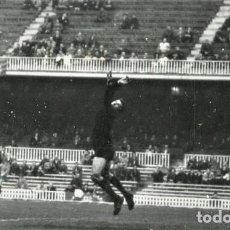Coleccionismo deportivo: FOTO(20 X 15)(1-12-63)AMISTOSO CAMP NOU BARÇA 1 BOCA JUNIORS 2-GOL DE VIDAL A ROMA. Lote 110247683